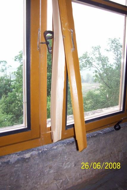 poskozeny-ram-okna-v-3-patre.JPG