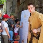 děti se podepisují na tablo Knoflíkiády