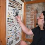 6-komisař měří největší knoflík z nasbíraných-f.Krasava Šerkopová